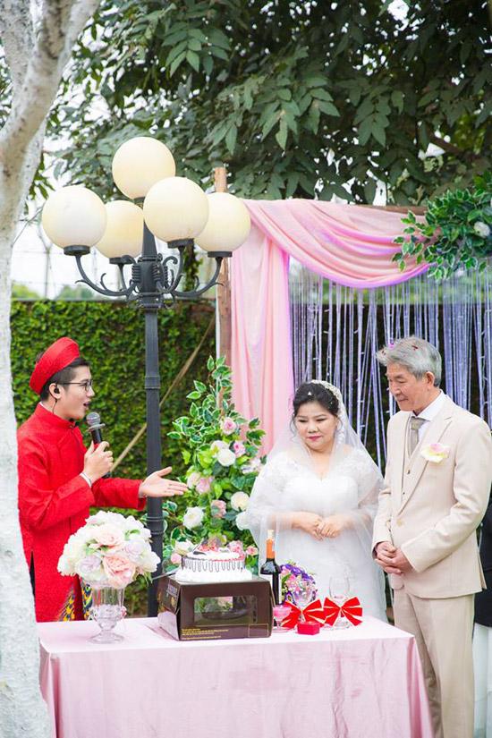 Nghệ sĩ Tôn Thất Lợi, ông xã kém 6 tuổi của Thanh Hoa cũng rất xúc động khi được mọi người tổ chức đám cưới như món quàdành tặng chovợ chồng ôngở tuổi xế chiều. Ông gửi lời cám ơn các con, bạn bè đã đến chung vui với hai vợ chồng.
