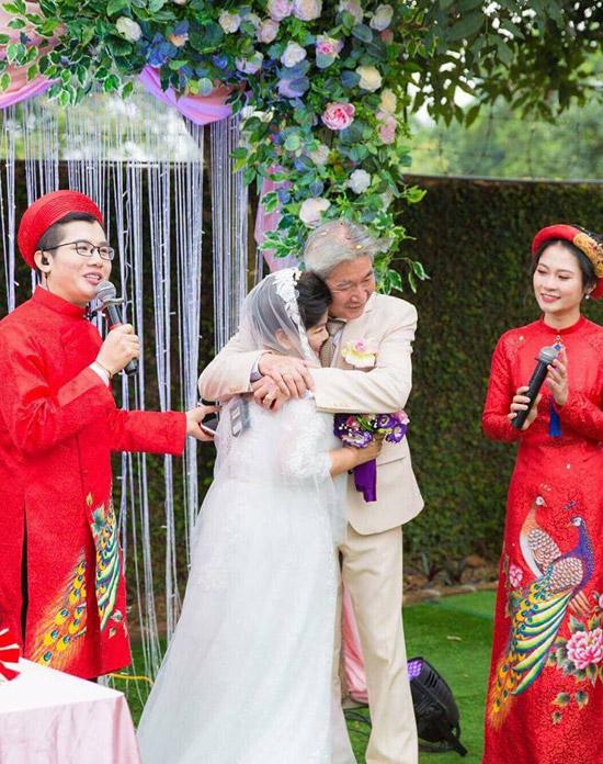 Cám ơn anh vì mấy chục năm qua đã phải chịu đựng một người vợ rất đanh đá như em, Thanh Hoa gửi lời yêu thương đến chồng.