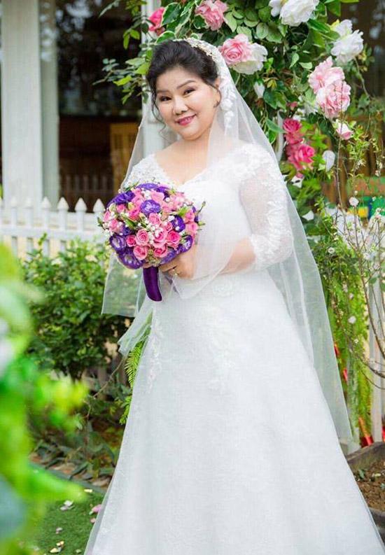 Hôm 29/1 vừa qua, NSND Thanh Hoa đã được chương trình thực tế Người phụ nữ hạnh phúc của VTVgiúp thực hiện ước mơ vềđám cưới, nhân dịp kỷ niệm 35 năm chung sống của vợ chồng nữ nghệ sĩ. Mặc dù đã 70 tuổi nhưng đây là lần đầu tiên giọng ca Tàu anh qua núi được mặc áo cưới lộng lẫy.