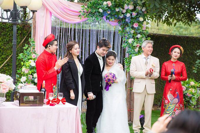 Trong ngày cưới của bố mẹ, ca sĩ Tôn Thất Sơn không giấu được niềm vui. Anh đã lén lau những giọt nước mắt khi chứng kiến giây phút bố mẹ trao nhẫn, cắt bánh.
