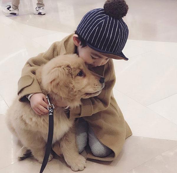 Tuy có rất nhiều con chó xinh đẹp khác nhưng Aithan vẫn chỉ thích mỗi Molly và ôm ấp cún cưng của mình mọi lúc mọi nơi.