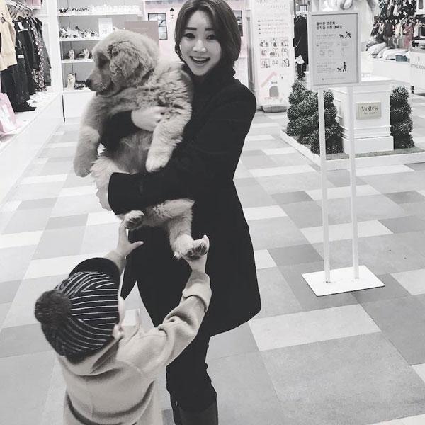 Theo Next Shark, gần đây, nữ diễn viên, người mẫu Joo Ah Min đã nhận nuôi một chú chó lông vàng 3 tháng tuổi.