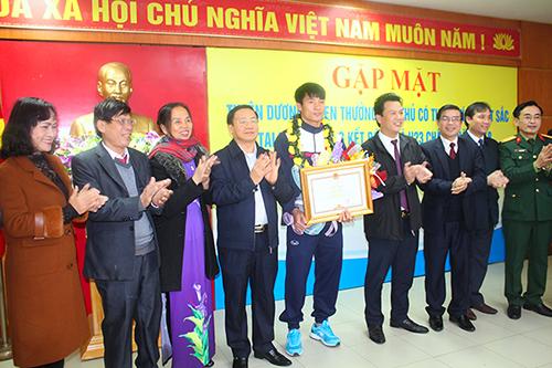 Ông Đặng Quốc Khánh (thứ tư từ phải sang) cùng lãnh đạo tỉnh Hà Tĩnh trao thưởng cho trung vệ Bùi Tiến Dũng chiều 31/1. Ảnh: Hùng Lê