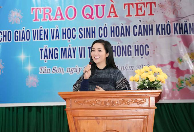 Ngoài trao nhà tình nghĩa, Giáng My còn đến thăm và tặng quà Tết cho học sinh của huyện Tân Sơn. Đây cũng là quê nhà của cầu thủ Hà Đức Chinh - thành viên đội tuyển U23 Việt Nam.