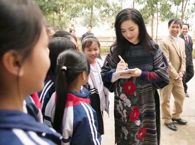 Cô nhiệt tình ký tặng các fan nhí.