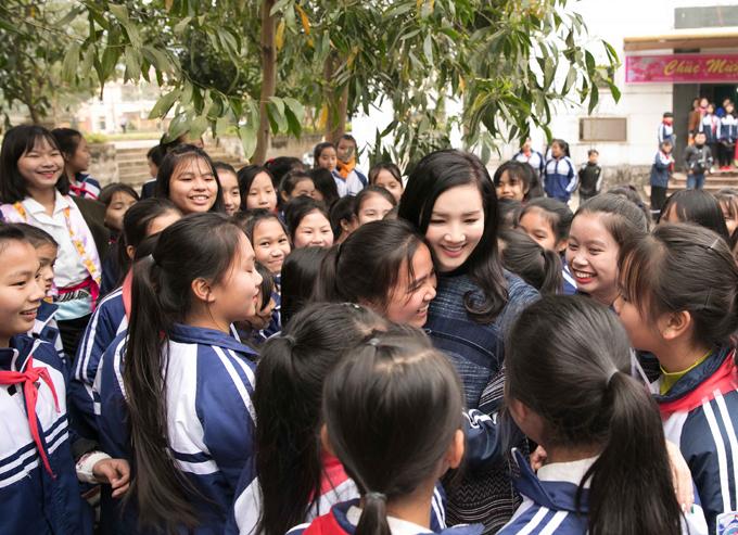 Các em nhỏ vây kín, tranh thủghi lại khoảnh khắc khó quên với người đẹp không tuổi của showbiz Việt.