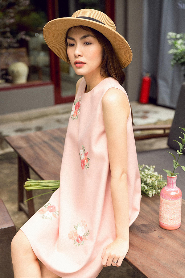 Những kiểu đầm suông sát nách, váy suông chữ A quen thuộc bổng trở nên tươi mới hơn nhờ cách bố trí hoạ tiết thêu tay khéo léo.