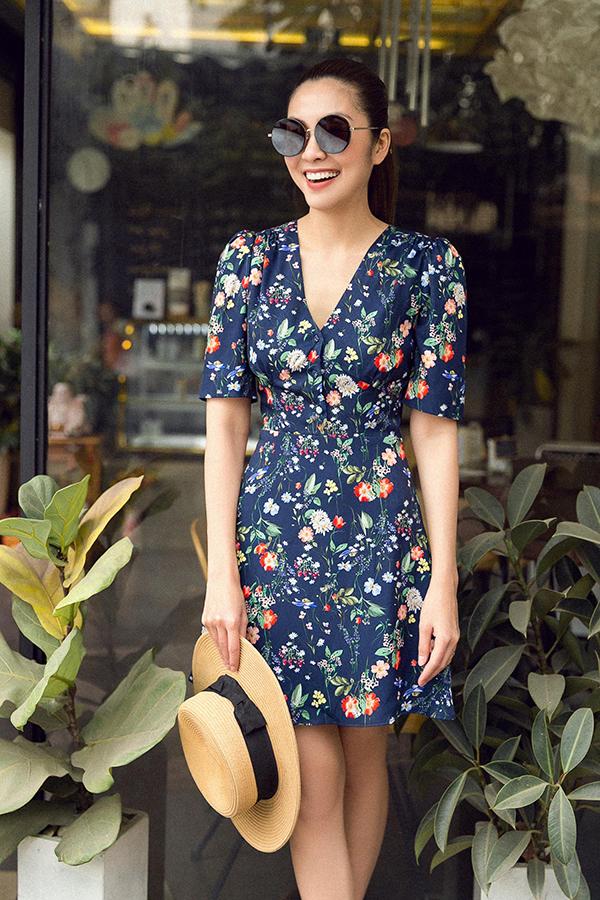 Ngoài các mẫu váy thêu tỉ mỉ, Tăng Thanh Hà còn giới thiệu cùng phái đẹp các mẫu trang phục cắt may trên vải in hoa.