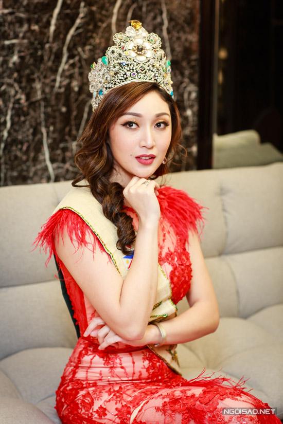 Karen Ibasco lần đầu đến Việt Nam nhưng đã gây ấn tượng với nhiều quan khách nhờ vẻ đẹp sắc sảo.