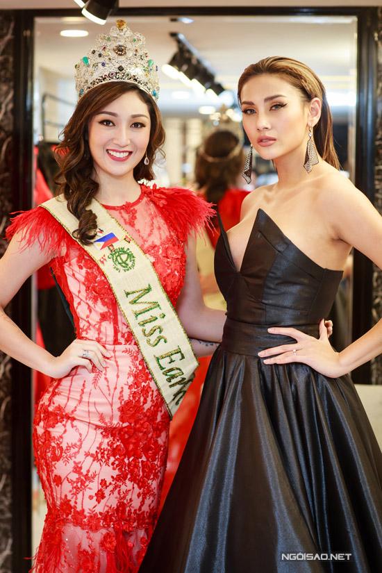 Nhan sắc người Philippines cũng hội ngộ với siêu mẫu Võ Hoàng Yến. Trong khi Miss Earth 2017 luôn rạng rỡ thì giám khảo Vietnams Next Top Model lại giữ vẻ lạnh lùng quen thuộc.