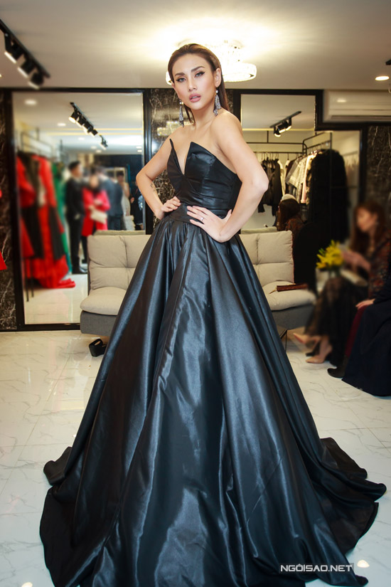 Hoàng Yến chọn bộ đầm đen lộng lẫy khi bay ra Hà Nội dự chương trình.