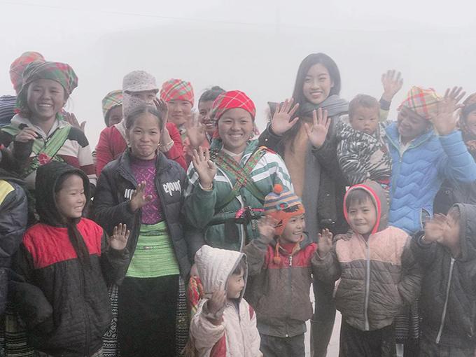 Hoa hậu Mỹ Linh trở lại Cu Vai làm từ thiện trong cái lạnh 3 độ C. Cô hạnh phúc khi được tất cả bà con nhận ra mình.