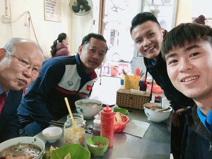 Duy Mạnh cùng Quang Hải đưa huấn luyện viên Park Hang-Seo đi ăn phở Hà Nội.