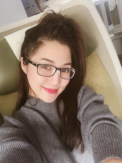 Nữ ca sĩ sử dụng kính gọng thay cho kính áp tròng.