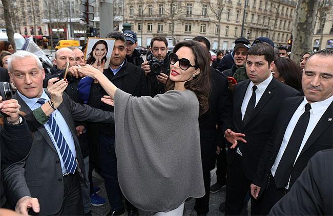 Sau khi rời cung điện, Jolie đi quay phim quảng cáo cho dòng nước hoa mới của Guerlain. Ngôi sao 42 tuổi nhiệt tình ký tặng cho người hâm mộ Pháp trên đường phố.