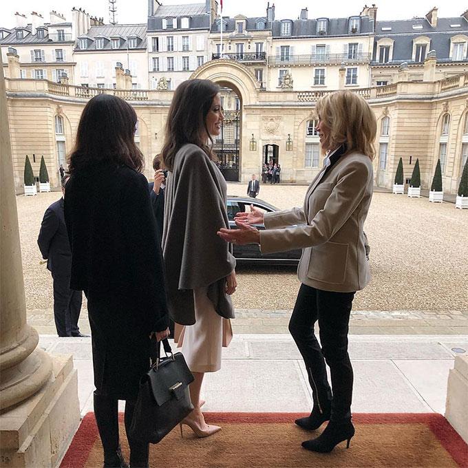 Đệ nhất phu nhân Pháp Brigitte Macron đón tiếp Angelina ngoài sảnh.