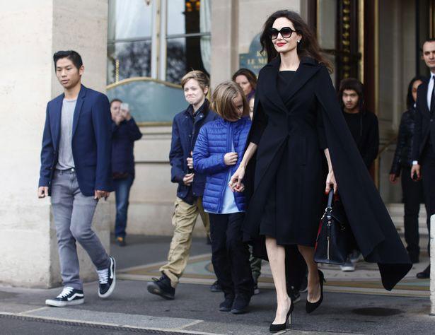 Giữa cái lạnh ở Paris, Jolie vẫn rất phong cách với bộ đầm cách điệu.