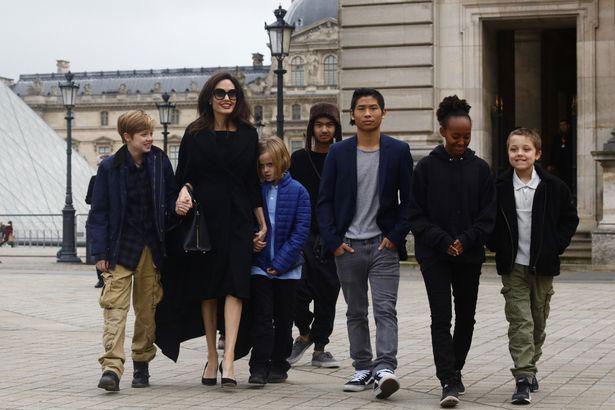 Trước đó, vào buổi sáng cô đưa 6 người con đi thăm bảo tàng Louvre.