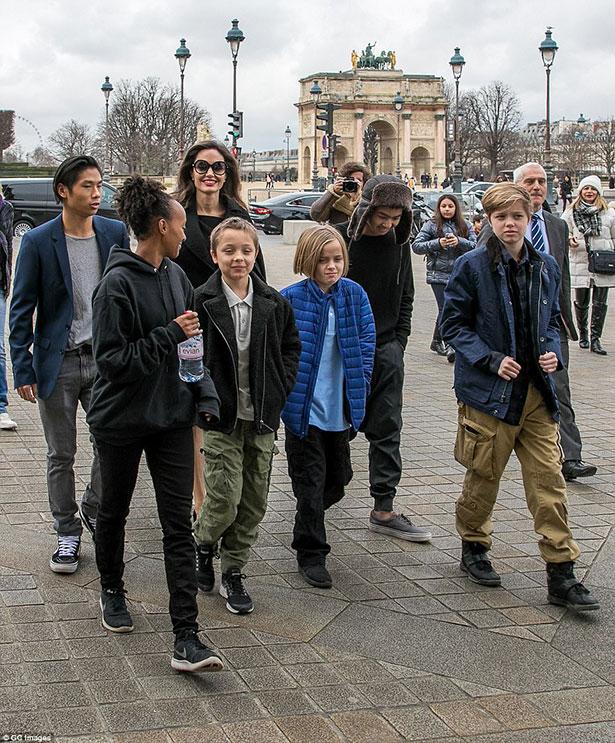 Các con Jolie đều rất hào hứng với chuyến tham quan. Pax Thiên luôn sánh bước cùng mẹ, ra dáng người anh thứ chững chạc.