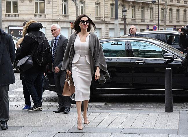 Angelina Jolie diện đầm trắng thanh lịch tới cung điện Elysées.