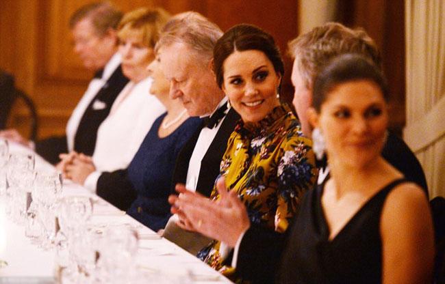 Kate vui vẻ trò chuyện cùng Đại sứ Anh ở bàn tiệc.