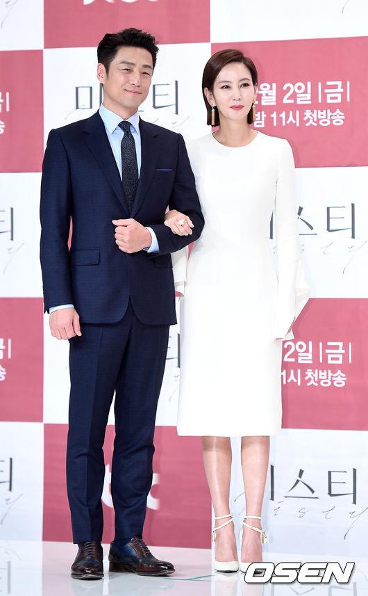 Nữ diễn viên sánh vai bạn diễn Ji Jin Hee trên sân khấu. Trong phim, họ vào vai một cặp vợ chồng.