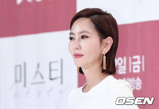 Trước những lời khen ngợi vì nhan sắc không tì vết, Kim Nam Joo nói rằng cô cảm ơn các nhiếp ảnh gia, các chuyên gia make up đã giúp cô che giấu những nếp nhăn tuổi tác: Tôi cũng giống như tất cả mọi người, không thể nào tránh được vết dấu thời gian . Mỹ nhân Hàn chia sẻ, để vào vai nhân vật Hye Ran - một phụ nữ gầy gò, cô đã phải tích cực giảm 7 kg trong vòng vài tháng ngắn ngủi.
