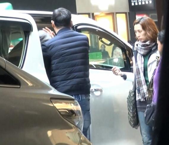 ... Lưu Thanh Vân đỡ mẹ ra. Anh chu đáo đặt tay lên đầu bà để tránh cụng đầu vào trần xe.