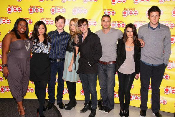 Mark Salling (thứ ba từ phải sang) và dàn diễn viên Glee.