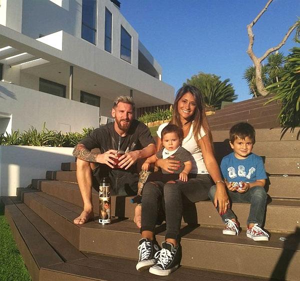 Messi và vợ con tại biệt thự. Ảnh: NS.