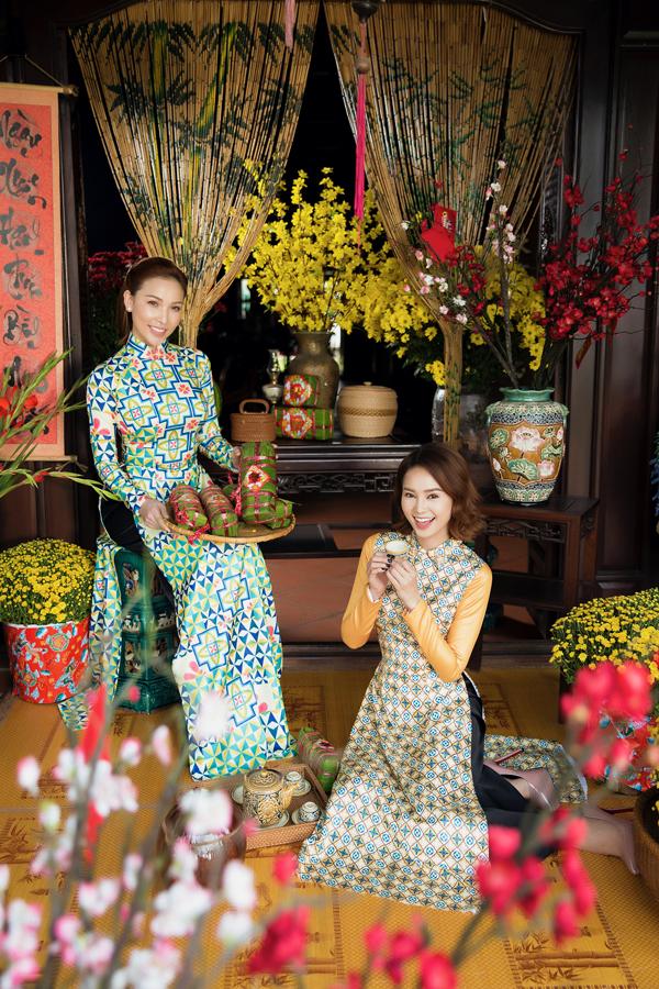 Diễn viên Lan Ngọc hào hứng chụp ảnh kỷ niệm Xuân Mậu Tuất cùng Quỳnh Thư, Ngọc Trinh và Linh Chi.