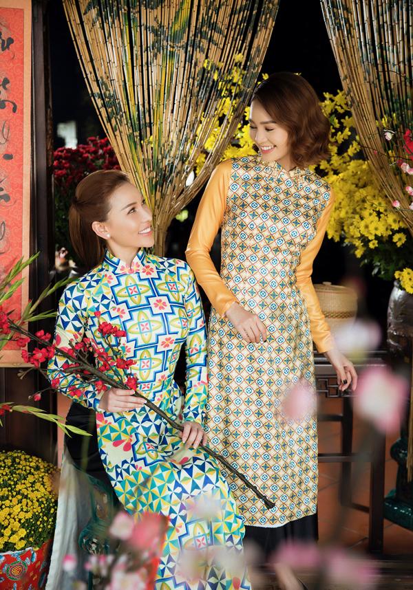 Các người đẹp hóa thiếu nữ Sài Gòn xưa với áo dài họa tiết gạch bông, quần lụa đen.