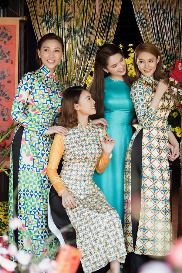 Đây là lần đầu Ngọc Trinh, Lan Ngọc, Linh Chi và Quỳnh Thư có dịp hợp tác chụp ảnh chung.
