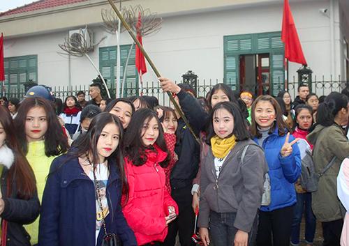 Nhiều bạn nữ tập trung trước cổng ủy ban tỉnh Hà Tĩnh để mong được gặp trung vệ Bùi Tiến Dũng. Ảnh: Hùng Lê