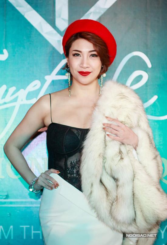 Ca sĩ Pha Lê cũng xuất hiện tại event tối qua.