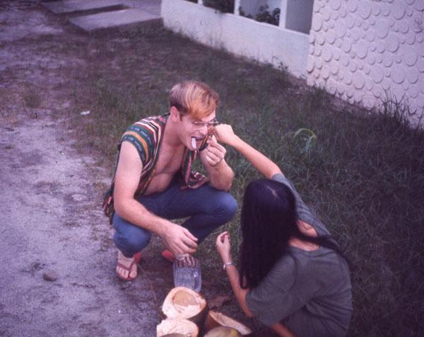 Bức ảnh chụp ông John Livesay được mẹ của Jane đút dừa cho ăn khi cả hai quen và yêu nhau ở Philippines.