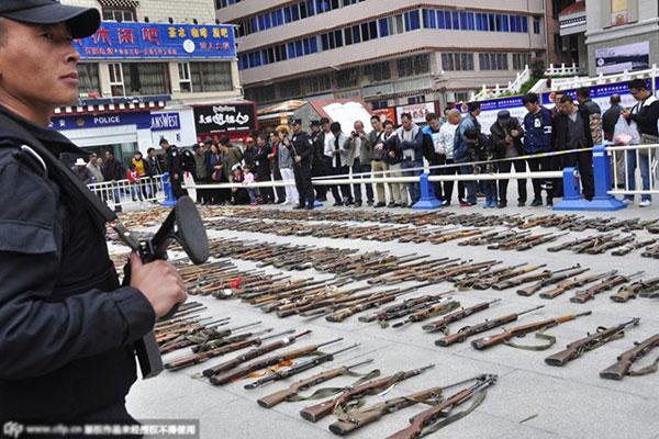 Một trong những lần tiêu hủy súng lậu của Trung Quốc.