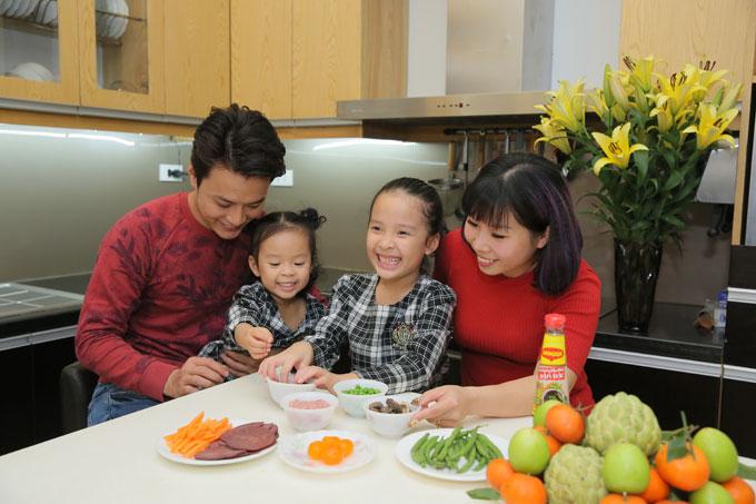 Hồng Đăng cũng thường xuyên cùng vợ con vào bếp khi rảnh rỗi.