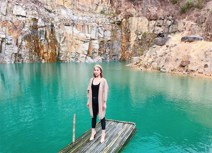 Người mẫu Quỳnh Thư nhanh chân check in Tuyệt tình cốc mới nổi ở Lâm Đồng. Đây chính là một hồ nước xanh thuộc địa phận Đạ Tông, Đam Rông, Lâm Đồng, đường đi tới hồ khá vất vả, gian truân nhưng bù lại cảnh sắc rất hoang sơ, yên bình.