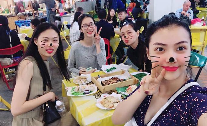 Tới Chiangmai tham sự show nhưng Hồng Quế không quên thưởng thức các đặc sản địa phương. Cô chia sẻ: Ăn cả cái Chiangmai này rồi. Cái gì cũng ngon và rẻ.