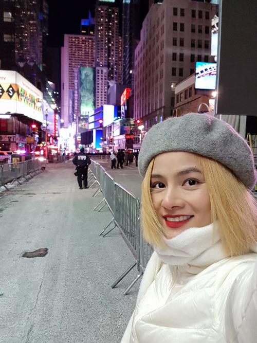 Cựu người mẫu Vũ Thu Phương cùng con gái tới Mỹ để đón năm mới. Bà mẹ một con đón thời khắc giao thừa ở quảng trường Thời đại nổi tiếng ở New York.