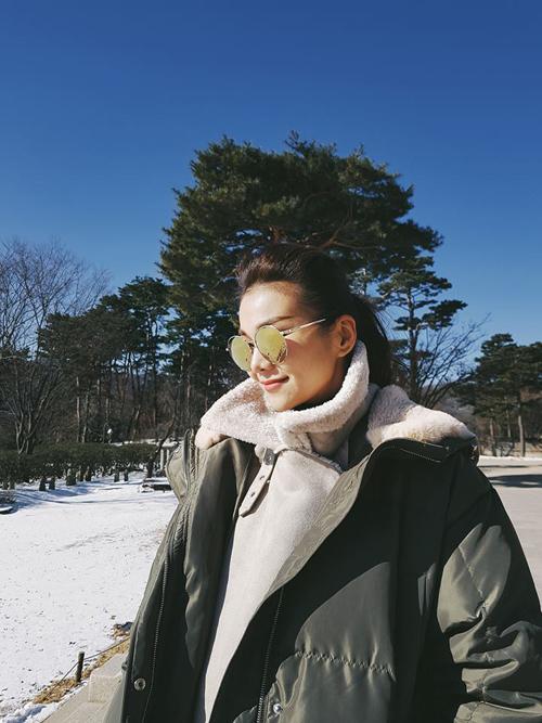 Thanh Hằng khoe ảnh ở Hàn Quốc những ngày đầu tháng 1. Trời xanh, nắng đẹp và tuyết trắng phủ đầy khiến chuyến du lịch của người đẹp trở nên mỹ mãn hơn.