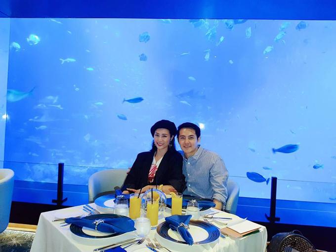 Để hâm nóng tình yêu, Đông Nhi và Ông Cao Thắng tới Singapore du lịch. Hai người dùng bữa ở một nhà hàng sang trọng tại công viên Universal Studio nổi tiếng.