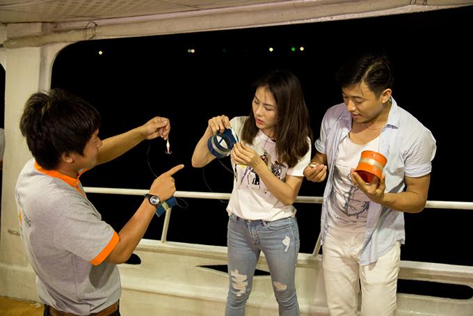 Vân Trang - Quý Bình đi quay hình Việt Nam tươi đẹp ở Phú Quốc. Trong buổi tối của ngày thứ hai, họ đi câu mực ở biển.