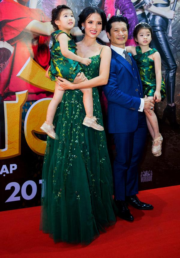 Cựu người mẫu Bebe Phạm mặc ton-sur-ton với hai con gái trong khi ông xã Dustin Nguyễn bảnh bao với trang phục vest. Đây là lần hiếm hoi cả hai công chúa của đạo diễn Việt kiều lộ diện trước công chúng. Các bé đều đang ở tuổi mẫu giáo, rất ngoan ngoãn, đáng yêu.