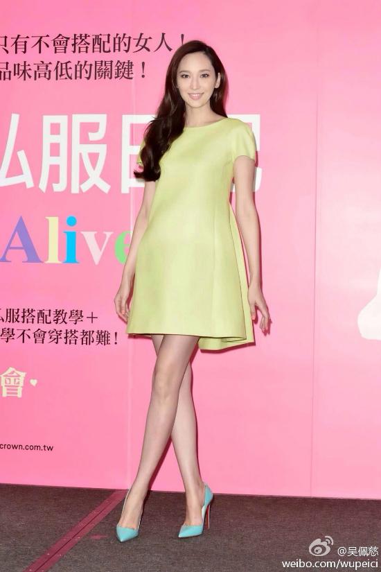 Người đẹp tự tin diện giày cao gót dù bụng bầu khá to.