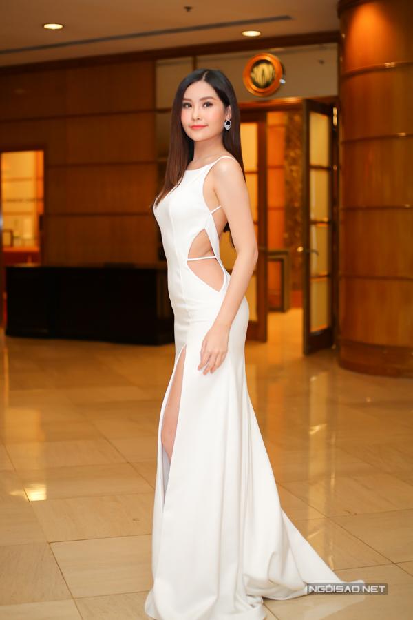 Người đẹp sinh năm 1995 sở hữu vòng eo 57 cm và chiều cao ấn tượng.
