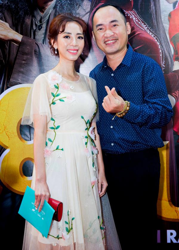 Vợ chồng Thu Trang -Tiến Luật tình tứ sáng đôi lênthảm đỏ. Thu Trang đóng cô lái taxi trong phim 798Mười. Nữ diễn viên có những cảnh đua xe, truy đuổi ngoạn mục trên màn ảnh rộng.