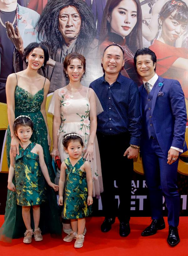 Gia đình Dustin Nguyễn vui vẻ chụp ảnh kỷ niệm cùng Thu Trang - Tiến Luật.