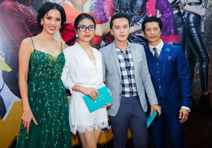 Diễn viên Vân Trang và ca sĩ Khắc Minh tới ủng hộ tác phẩm điện ảnh mới của vợ chồng Dustin Nguyễn.